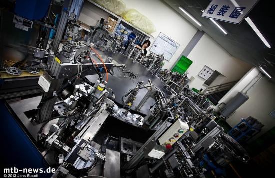 Diese Maschine verrichtet die Arbeit von 14 Personen. Sie wird rundherum mit Ritzeln bestückt und ba
