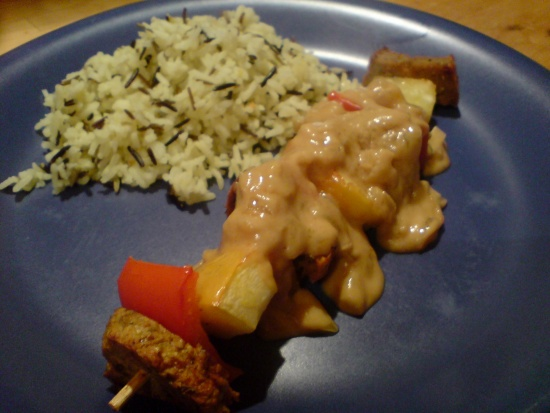 Fertiger 3. Weizenklops am Spieß mit Erdnusssoße und Reis