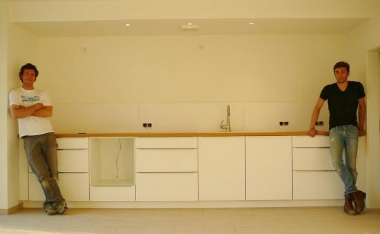Die Küche und ihr Gestalter links im Bild, rechts der Geselle