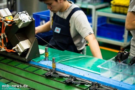 Nach dem letzten Handgriff laufen die Brems-Schaltgriffe sortiert vom Band und werden in die Kisten