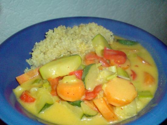 Quinoa an Curry-Rahm-Gemüse