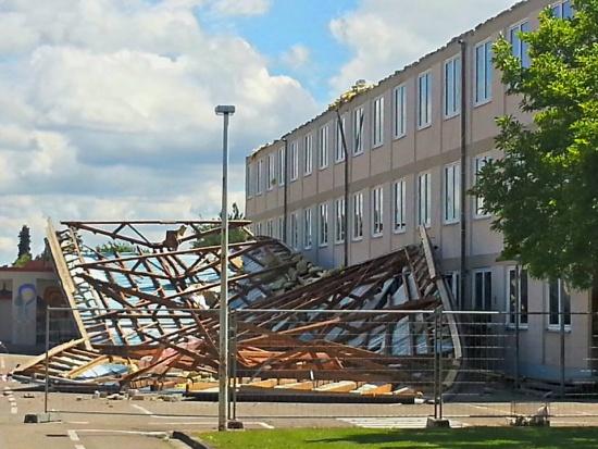 Das Dach von der Grundschule Rülzheim....gestern vom heftigen Wind abgedeckt