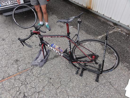 Platten auf schlechter Straße am Col des Saisies. Das bislang einzige, kleine technische Problem.