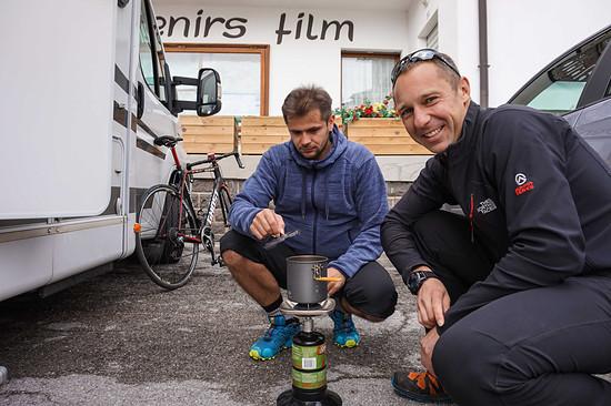 Physio Nico (links) und Betreuer Jan kochen Kaffee.