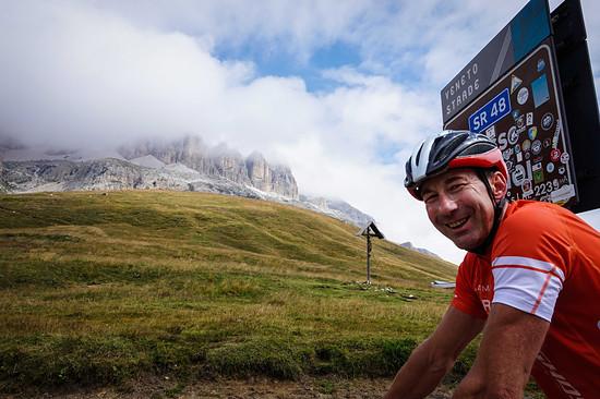 Guido am Passo Pordoi – die Dolomiten spitzeln hervor.
