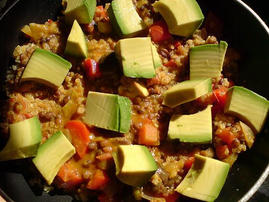 Quinoa-Linsen-Avocado-Pfanne