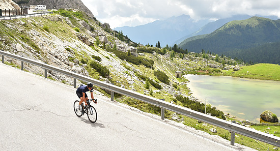 Den Valparola hinab im Rahmen des Maratona dles Dolomites