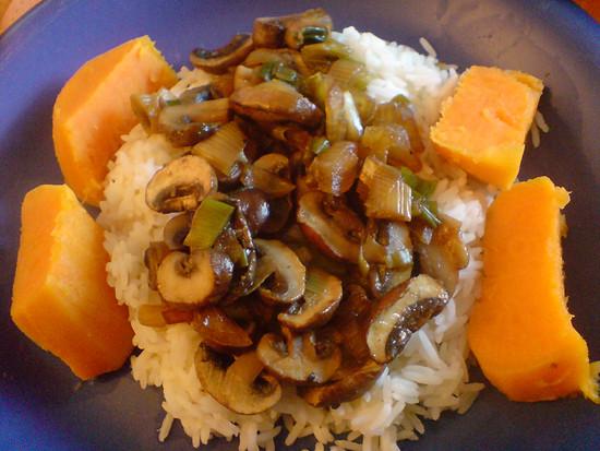 Frische Champignons auf Reisbett an Süßkartoffeln