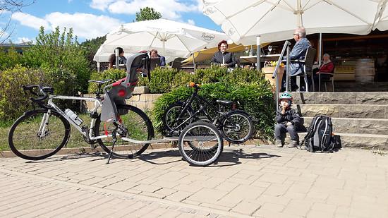 Croix de Fer als Zugmaschine für den Kinderradtransportanhänger