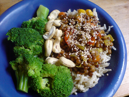 Reis-Linsen-Brokkoli-Cashew-Teller