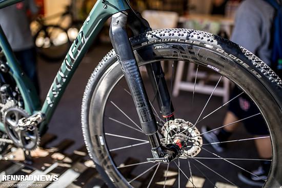 Fürs Kieswegkacheln: Enve AR Disc Carbonlaufräder und Schwalbe G-One Tubeless Reifen