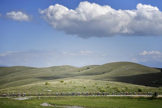 Das langgezogene Feld auf der Hochebene im Appenin