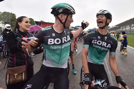 Sam Bennett außer sich vor Freude über seinen 2. Etappengewinn beim Giro