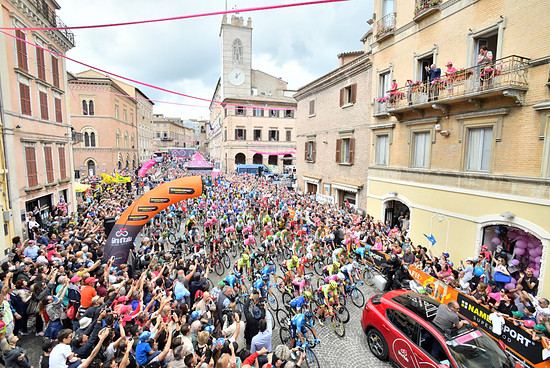 Giro Taumel at its best: Start in Osimo