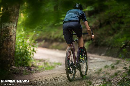 Bergauf geht es dank steifem Alu-Rahmen, leicht rollenden Reifen und leichten Carbon-Laufrädern kraftsparend