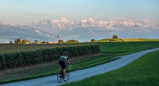 Radfahrer vor Bergen