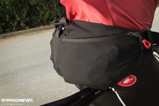 Die Wunsch-Satteltasche hat es nicht rechtzeitig geschafft, stattdessen vertraue ich wieder auf die Hüfttasche von Bontrager, die mir schon auf den 220 km sehr gute Dienste geleistet hatte