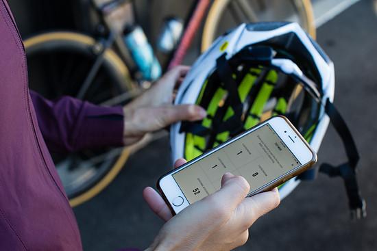 Der Sensor verbindet sich mit der Specialized Ride App