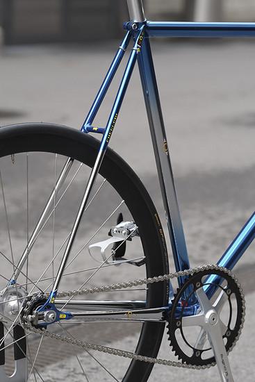 Schwarze Laufräder, um den Rahmen zur Geltung zu bringen