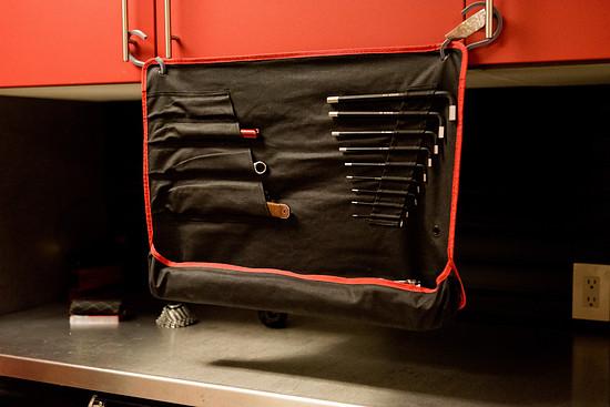 ... und bietet gleichzeitig Platz zur sortierten Aufbewahrung von allerlei weiterem Werkzeug