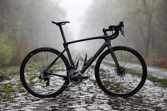 Das Specialized Roubaix S-Works mit SRAM Red eTap AXS im Wald von Arenberg