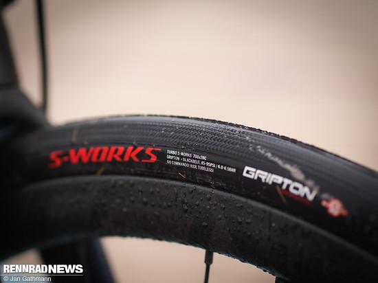 Die breiten S-Works Turbo Pro Gripton Black Belt Reifen fuhren wir tubeless mit 4,5 bar über das Pavé