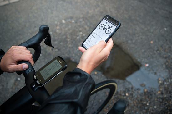 Die App kann den Code am Rad scannen und fügt das richtige Modell automatisch hinzu