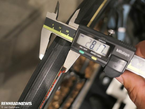 Die 25c Vittoria Corsa messen auf den Knot 45 SL Laufrädern 28 mm