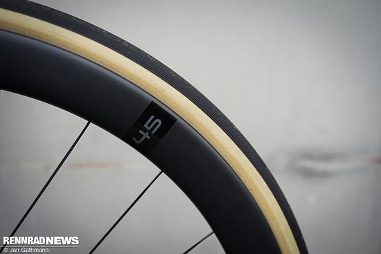 Innenliegende Nippel verbessern die Aerodynamik der neuen Knot 45 SL Laufräder