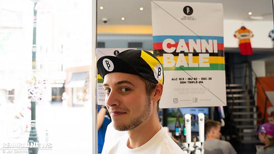 Er trägt die Mütze des Brussels Beer Project, dessen IPA er im Rapha Store zapft – 4,50 €