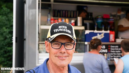 Die Mütze des Tages: Thijs van Asten ist schon seit 17 Jahren Supporter von Mike Teunissen. Der Anfahrer von Dylan Groenewegen gewann heute die erste Etappe der Tour 2019