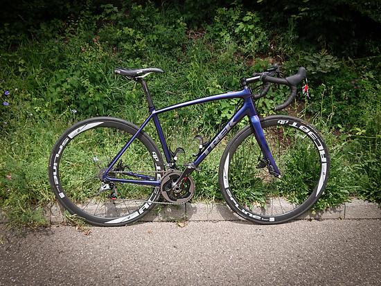 Das Trek Emonda ALR von bio-racer: Sram Red 2x11, DT Swiss Spline 38 RC Laufräder, Syntace-Komponenten