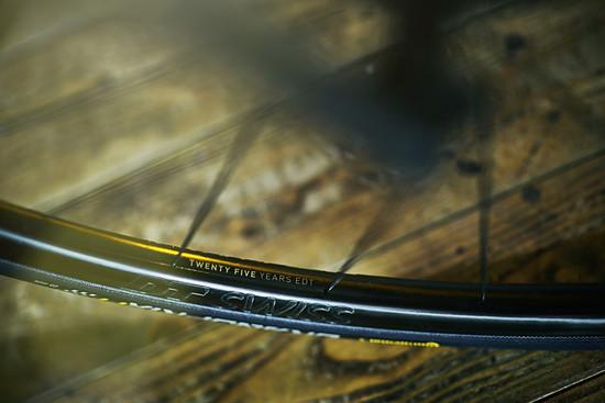 Die DT Swiss Laufräder in der 25 Jahre Edition passen auch optisch