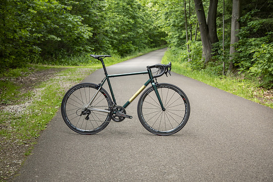 MyCorsa Custom-Roadbike mit Felgenbremse – erkennbar an dem naturbelassenen Hinterbau