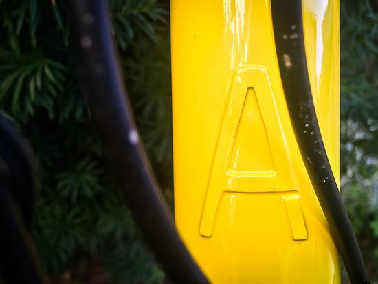 Das Steuerrohr nach der Lackierung in Porsche-Racing-Gelb