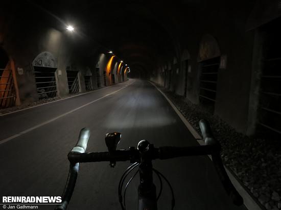 Die zweithellste Leuchtstufe – das Umgebungslicht im Tunnel verwässert den Eindruck etwas, aber der Unterschied ist klar zu erkennen