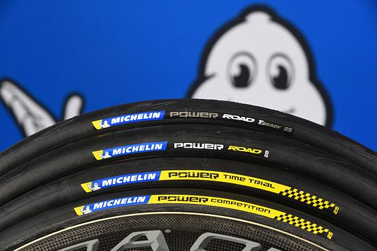 Alle Reifen der neuen Power-Serie: Im Road-Bereich steigt Michelin in die Tubeless Ready-Technik ein (ganz hinten). Auch der Tube-Type-Reifen (davor) wurde optimiert.