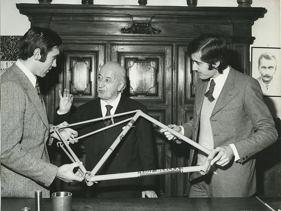 Eddy Merckx (links mit Angelo Luigi und Antonio Colombo) fuhr und baute Rennräder mit...