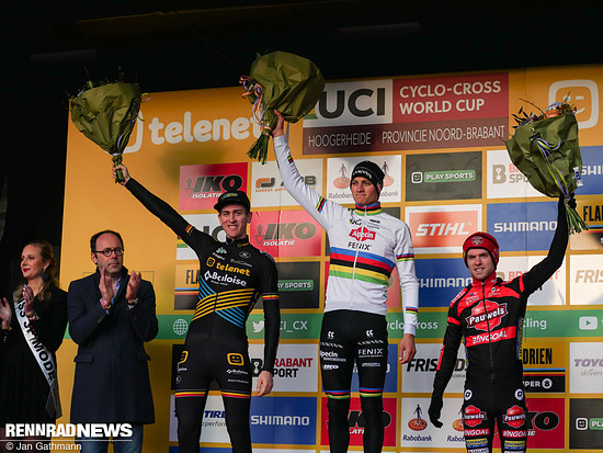 Das Rennen gewann Mathieu van der Poel, aber Toon Aerts (links) hatte gute Laune, weil er den Gesamtweltcup holte vor Eli Iserbyt (rechts)
