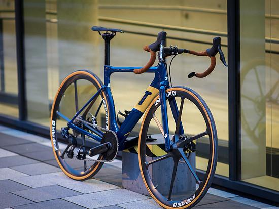 Das 3T Strada im Selbstaufbau von Martin Gercke liegt mit 6,8 kg genau am UCI Limit, inklusive Pedalen und Flaschenhalter