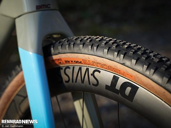 Die Reifen-Felge-Kombi am BMC Urs ist optimal für den Einsatz offroad und tubeless – aber die DT Swiss Carbon-Laufräder haben natürlich ihren Preis