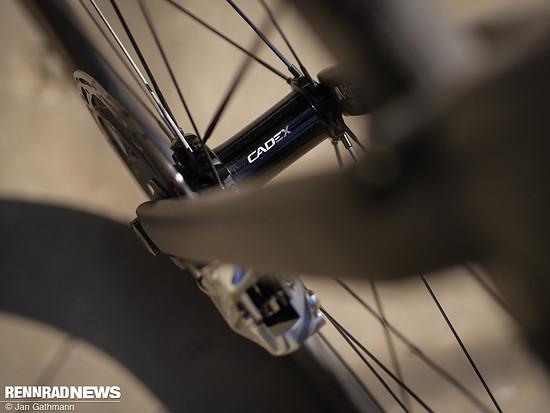Auch die neuen Cadex Carbonlaufräder mit Naben aus Eigenentwicklung tragen erheblich zur Gewichtsersparnis bei. Sie wiegen 1.265 g