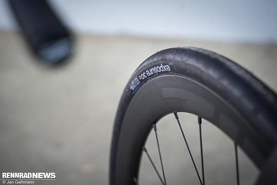 Das Hookless-Design sorgt für einen aerodynamisch günstigeren Übergang zwischen Reifen und Felge – hier der Testreifen in 30 mm