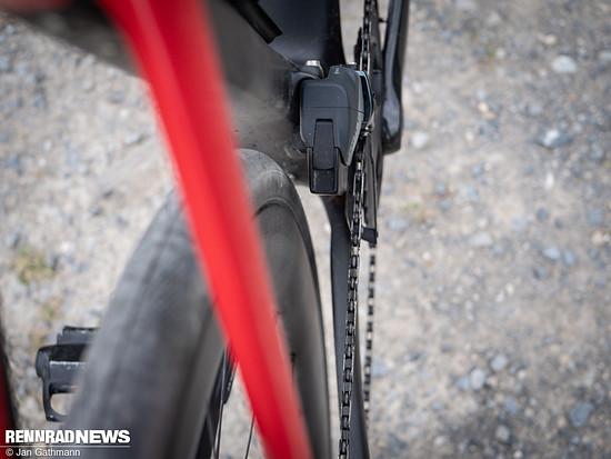 Dafür ermöglicht es der neue Umwerfer, Reifen bis 45 mm in 700c zu fahren – an jedem Rahmen für 2-fach. In 650b passen sogar Reifen in 2,1 Zoll Breite