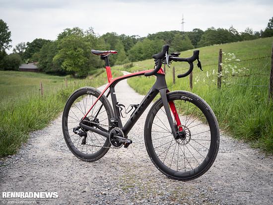 Die neue SRAM Force eTap AXS ist wie gemacht für die neue Generation vielseitiger Rennräder wie dem Trek Domane. Wir konnten Vorserien-Komponenten bereits an einem Domane SLR Custom-Aufbau auf passendem Terrain probefahren