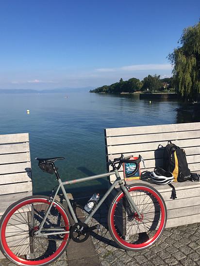 Am See mit Stahl und Lektüre