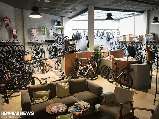 An der Sitzecke in The Service Course, Girona, lehnte das Bellé Cycles A.T.E.R von Christian Meier, der das Cycle Café und Shop-Netzwerk gründete