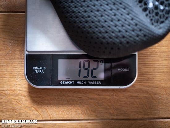 Inzwischen kam ein Testsattel in die Redaktion: Auf der Waage hält der S-Works Power Mirror die Herstellerangabe (190 g) ziemlich genau