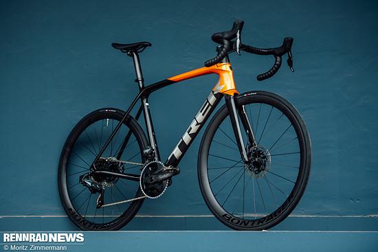 Das Trek Émonda 2021 fährt mit 6,75 kg für das leichteste Modell wieder in die Spitzengruppe der Competition-Rennräder. Seine offenkundig verbesserte Aerodynamik soll auch am Berg Sekunden rausholen