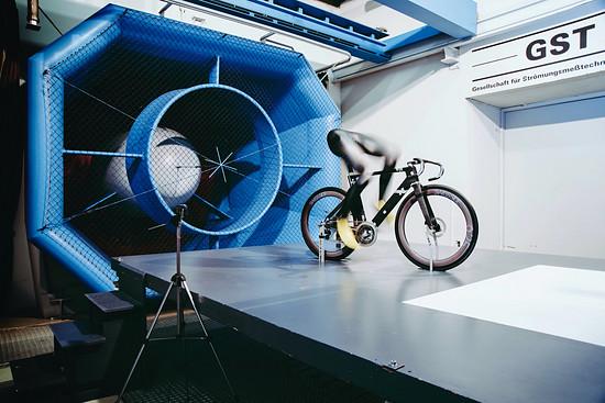 ... und im Windkanal an einem Metallrahmen zum Komplettbike aufgebaut